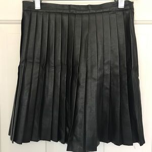 Black pleated faux leather h&m skirt